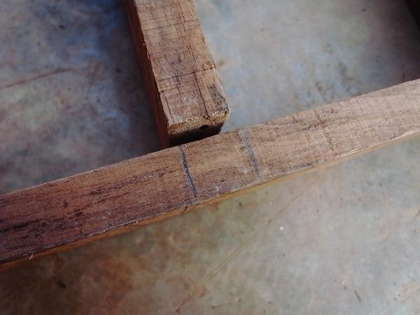 ขีดเส้นระบุตำแหน่งบล็อคไม้ทำอิฐดิน
